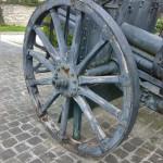 Il cannone davanti al monumento ai caduti