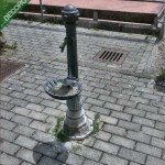 La fontanella dei giardinetti davanti alla piscina.